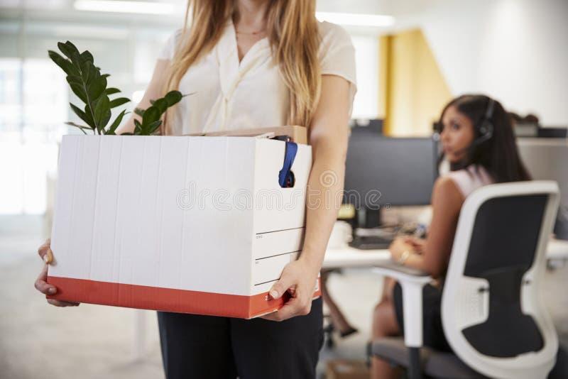 Avfyrad kvinnlig anställdinnehavask av tillhörigheter i ett kontor fotografering för bildbyråer