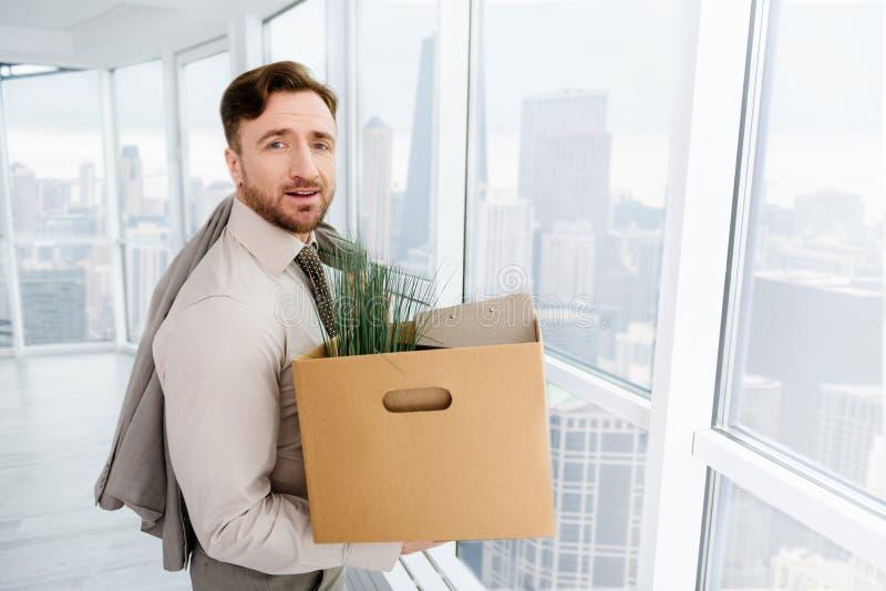 Avfyrat avverka för affärsman som är ledset, och bära hans tillhörigheter arkivbild