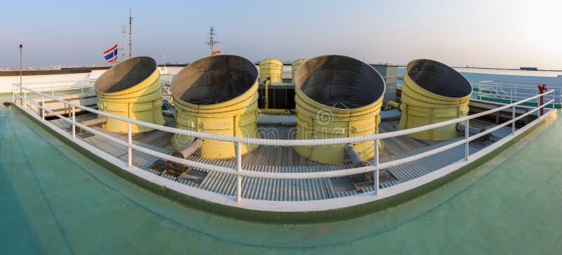 Avgasrörlufthål av industriellt luftbetinga och ventilation uni royaltyfri bild