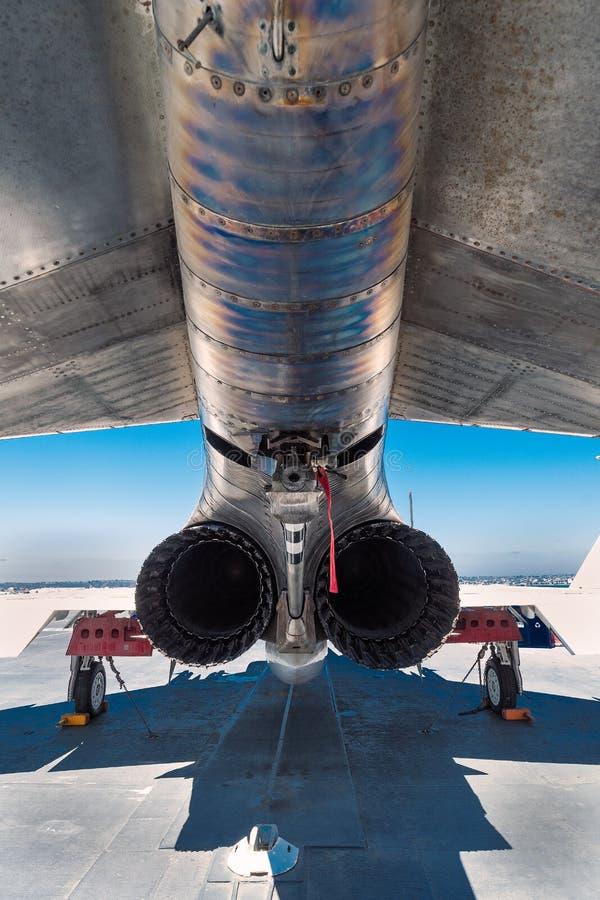 Avgasrörspetsar på strålflygplanet på däck av USS det halvvägs hangarfartygmuseet på Sanen Diego Harbor California gör klar somma royaltyfri bild