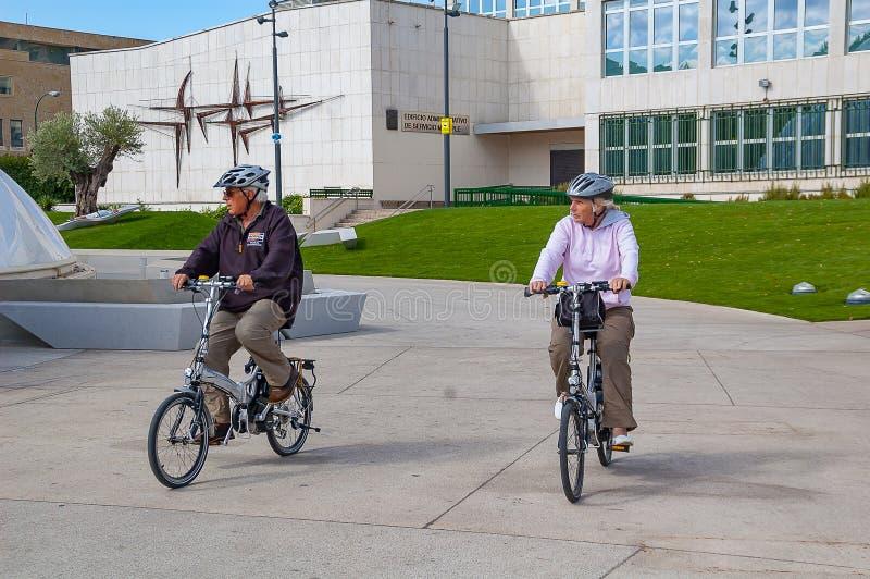 Avgick par på cyklar i Valladolid i September 2011 arkivfoto