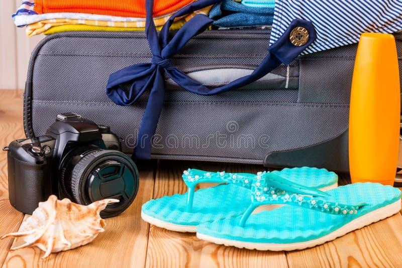Avgifter på semester! Objekt på bakgrunden av en resväska arkivfoto