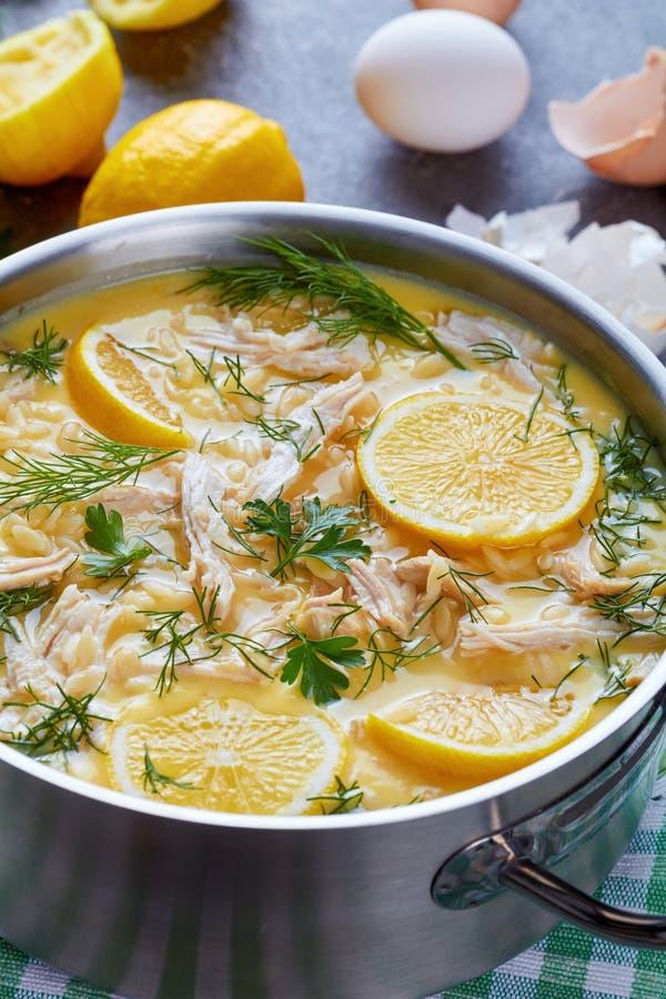 Avgolemono - minestra di pollo greca cremosa deliziosa fotografie stock libere da diritti