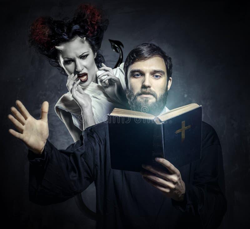 Avhysa demoner för präst fotografering för bildbyråer