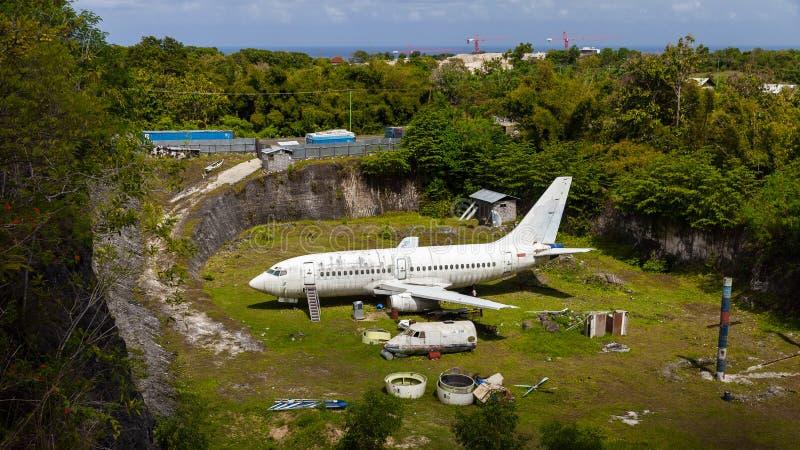 Avião abandonado, plano deixado de funcionar velho na carreira fotografia de stock royalty free