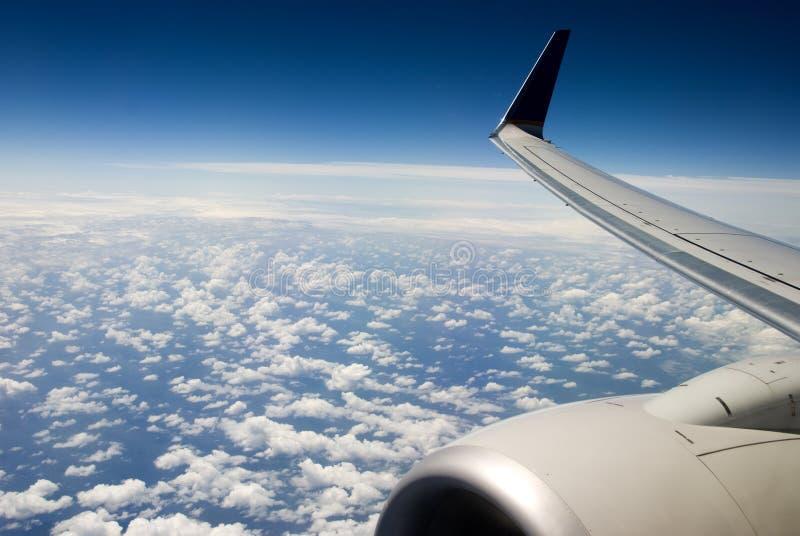 Avião acima das nuvens fotografia de stock