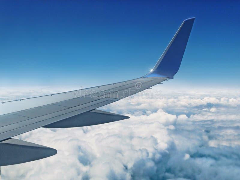 Avião acima das nuvens imagem de stock