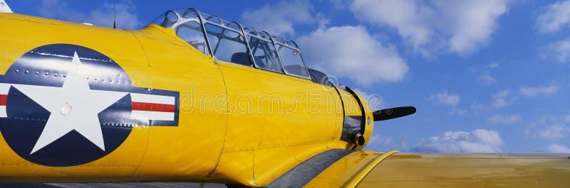 Avião amarelo da segunda guerra mundial do vintage foto de stock royalty free