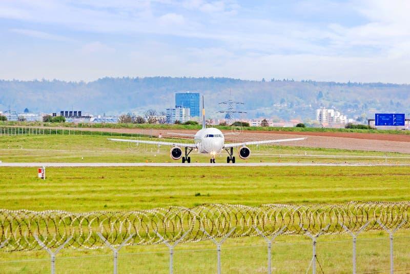Avião antes da decolagem na pista de decolagem no aeroporto fotos de stock royalty free