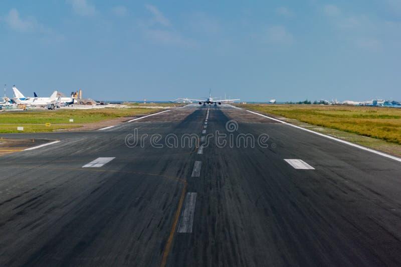 Avião ao descolar no aeroporto da ilha fotos de stock