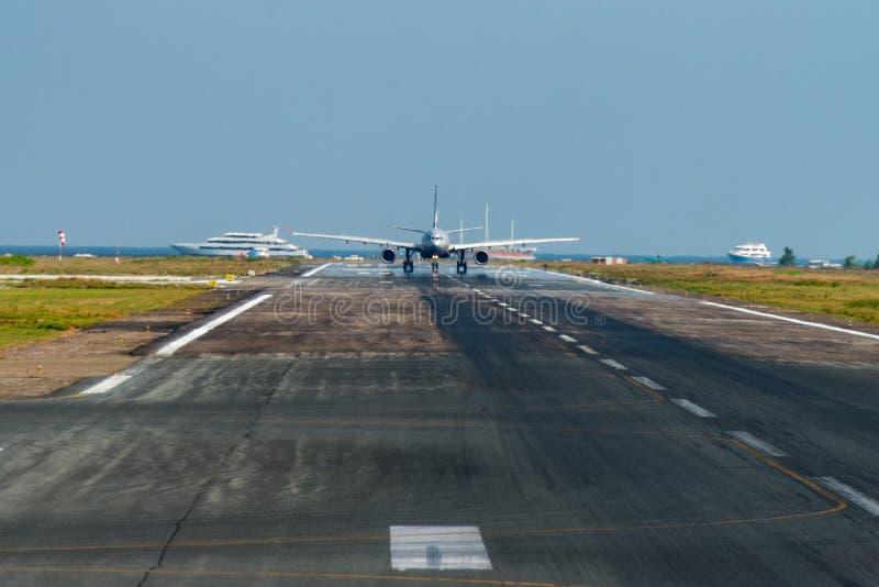 Avião ao descolar no aeroporto da ilha fotografia de stock royalty free