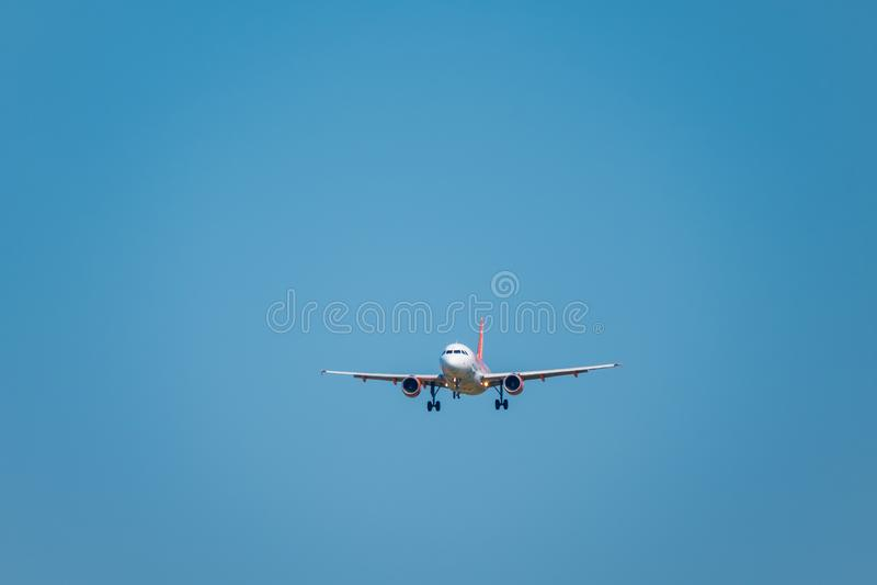 Avião barato das linhas aéreas de Easyjet que prepara-se para aterrar no tempo do dia no aeroporto internacional fotos de stock