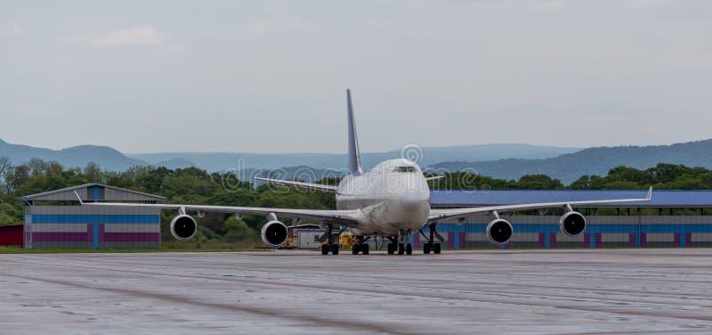 Avião Boeing 747-412 da carga da empresa da carga de Aerotrans no aeródromo imagens de stock royalty free