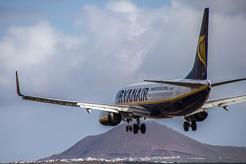 Avião Boeing 737-800 de Ryanair que aterram na ilha de Lanzarote foto de stock