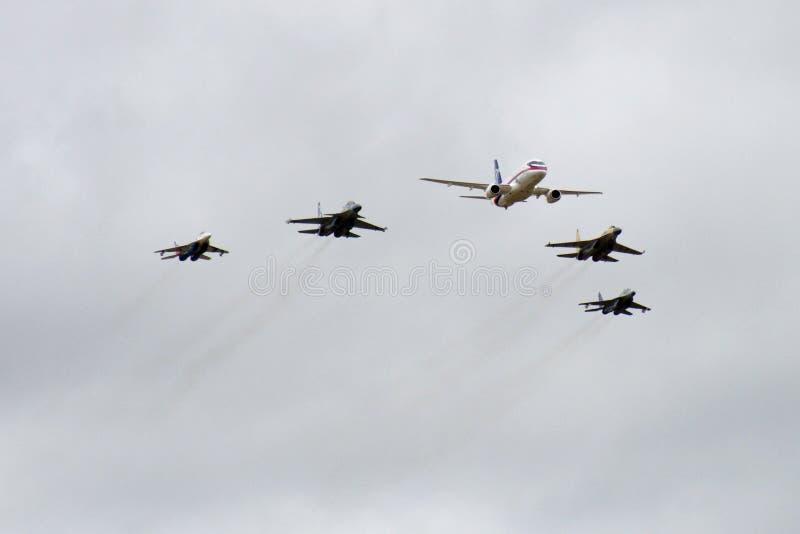 Avião cinco no fly-past imagens de stock