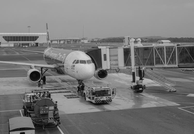 Avião civil no aeroporto de NAIA em Manila, Filipinas imagens de stock royalty free