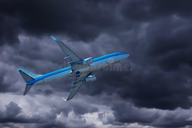 Avião com céu dramático fotos de stock royalty free