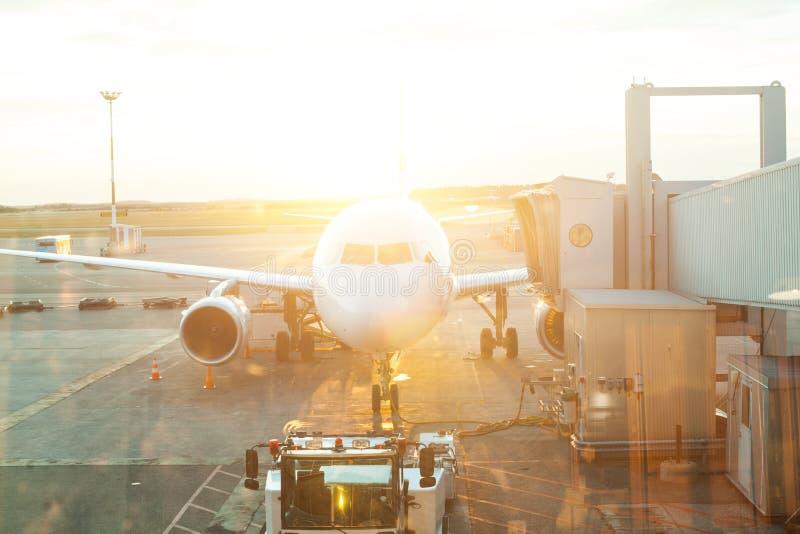 Avião com a opinião da janela do aeroporto na porta terminal pronta para a decolagem fotos de stock royalty free
