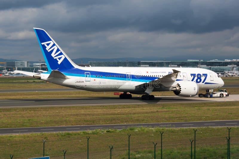 Avião comercial de All Nippon Airways Boeing 787-8 Dreamliner JA822A que taxiing no aeroporto de Francoforte imagem de stock