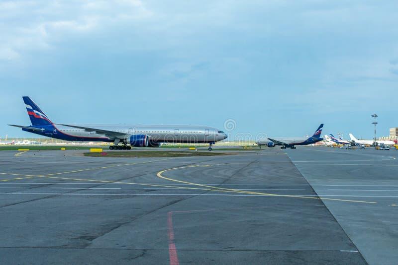 Avião comercial dois que prepara-se para decolar na pista de decolagem, aeroporto internacional de Sheremetyevo imagem de stock