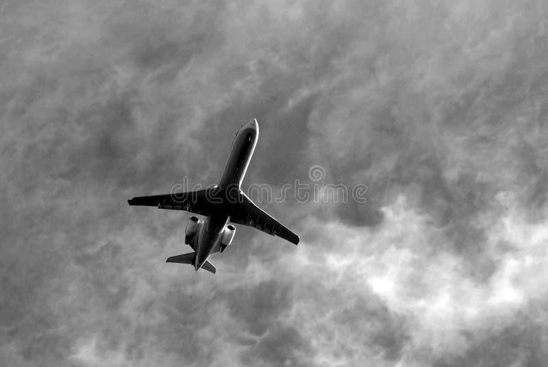 Avião comercial em voo fotografia de stock