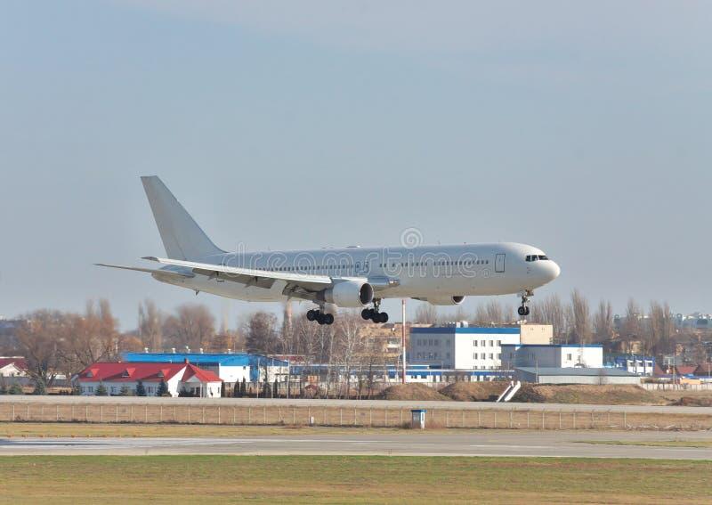 Avião comercial na aterrissagem final foto de stock royalty free