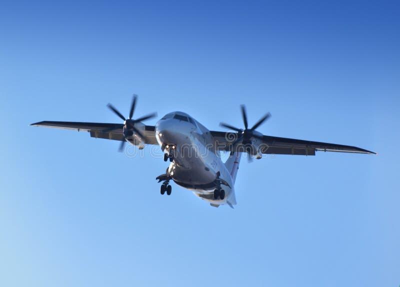 Avião comercial no dia fotografia de stock royalty free