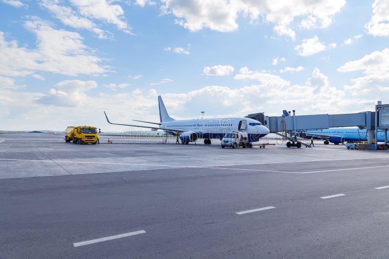 Avião comercial no dia ensolarado do verão do aeroporto Manutenção de aviões fotos de stock
