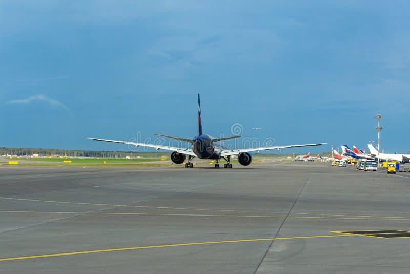 Avião comercial que prepara-se para decolar na pista de decolagem, aeroporto internacional de Sheremetyevo fotografia de stock