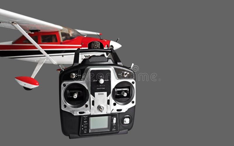 Avião controlado de rádio com controlo a distância de rádio na parte traseira do cinza imagem de stock royalty free