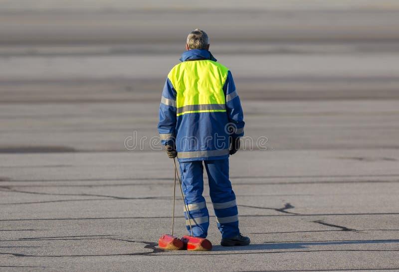 Avião da pista de decolagem do trabalhador do aeroporto imagem de stock royalty free