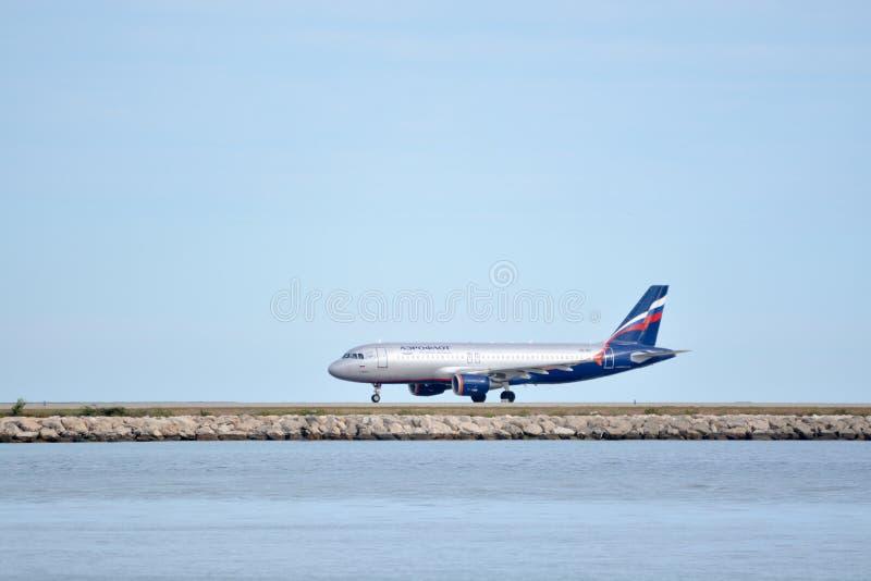 Avião de Aeroflot no aeroporto de Azur da Agradável-costa fotografia de stock
