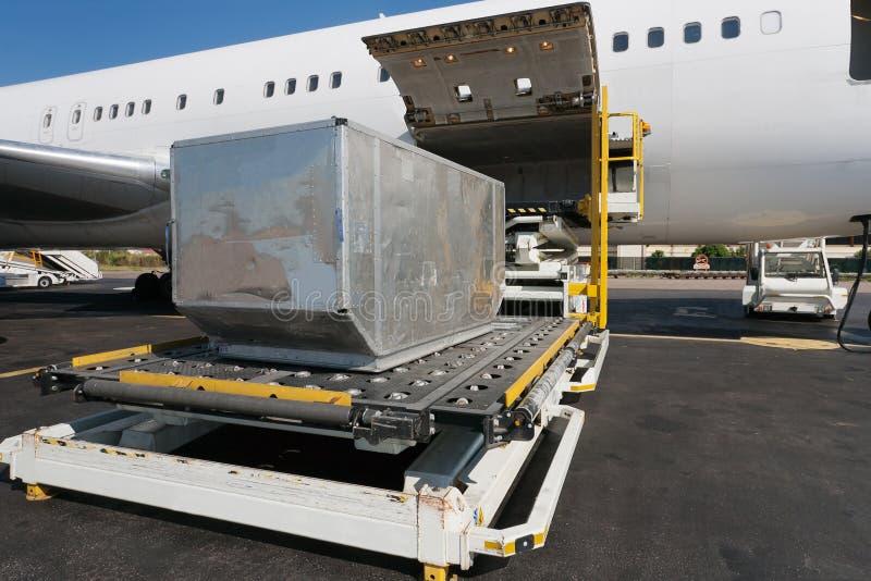 Avião de carga do carregamento fotografia de stock