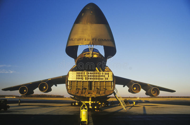 Avião de carga em Dover Airforce Base, por do sol, Dôvar, Delaware foto de stock
