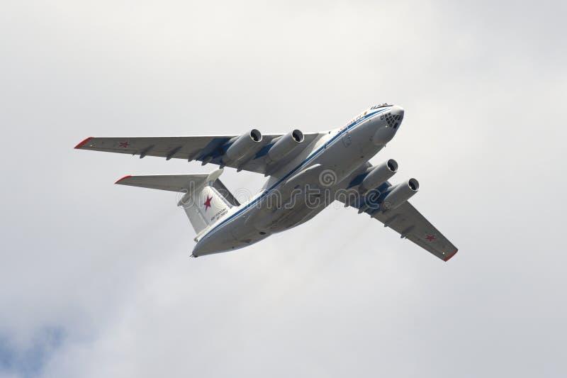 Avião de carga soviético Ilyushin Il-76 que voa sobre o quadrado vermelho fotografia de stock