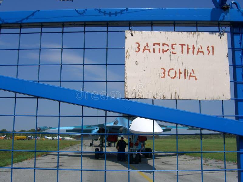 Avião de combate militar do jato em um aeródromo privado em Novosibirsk imagens de stock royalty free