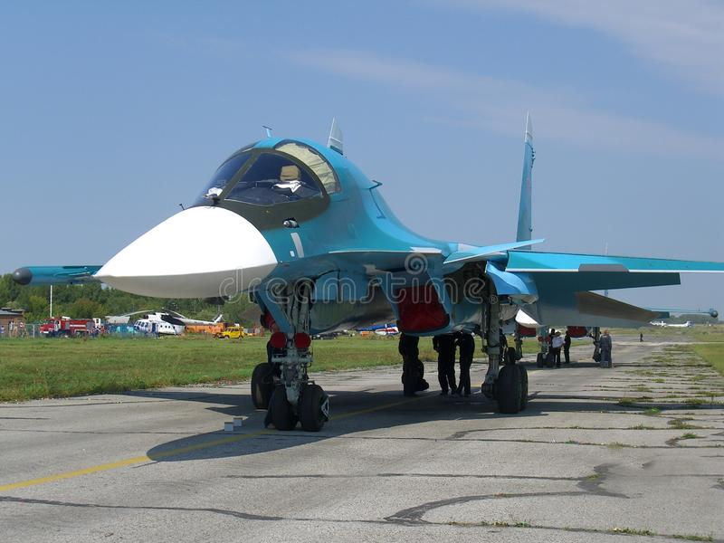 Avião de combate militar do jato do russo poderoso na pista de decolagem do motor de turbina do jato SU-34 dois imagem de stock