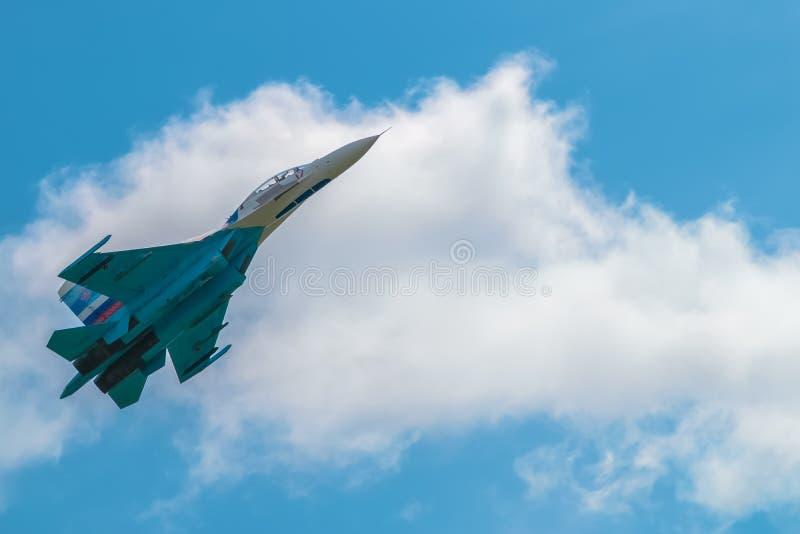 Avião de combate no céu azul fotografia de stock royalty free