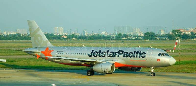Avião de Jetstar na pista de decolagem no aeroporto de Noi Bai em Hanoi, Vietname foto de stock royalty free