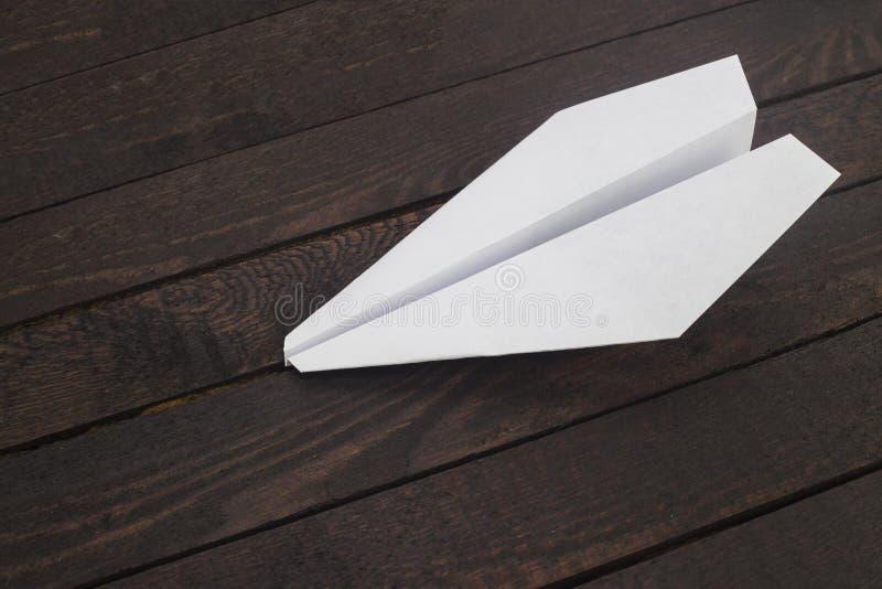 Avião de papel na madeira fotografia de stock