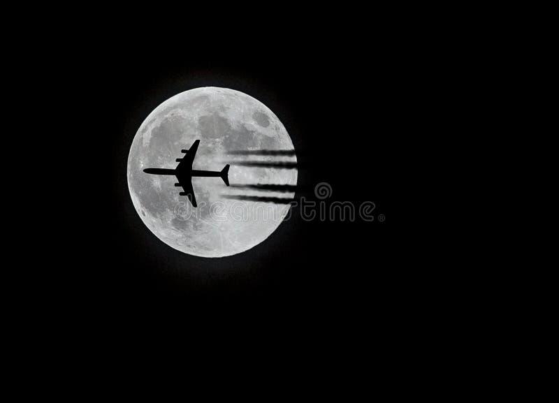 Avião de passageiros comercial e a lua foto de stock royalty free