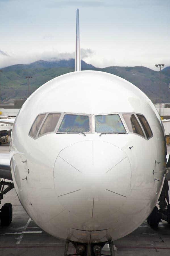 Avião de passageiros do jato estacionado na porta do carregamento fotos de stock