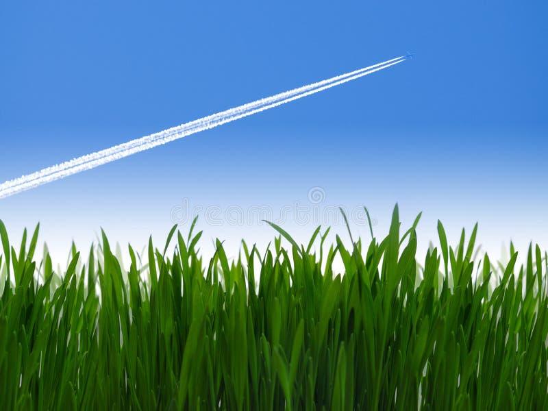 Avião de passageiros do jato no céu azul imagem de stock