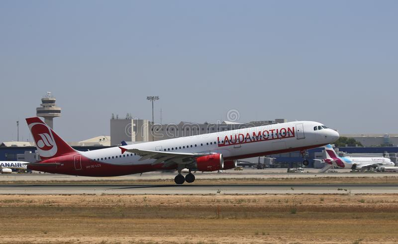 Avião de passageiros de Laudamotion que descola do aeroporto de mallorca fotos de stock