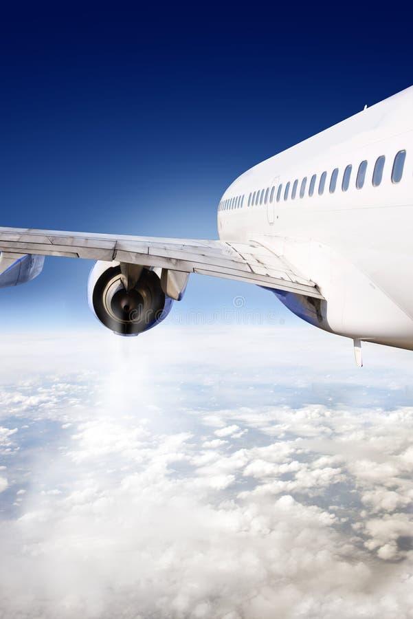 Avião de passageiros no vôo fotografia de stock royalty free