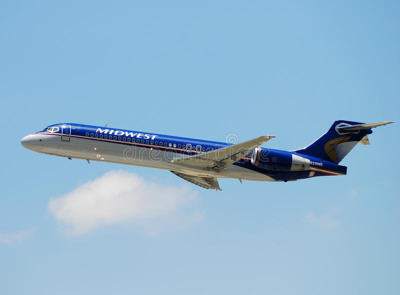 Avião de passagem das linhas aéreas de Midwest que parte imagens de stock royalty free