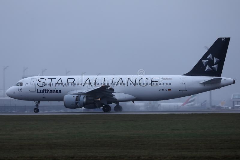 Avião de Star Alliance Lufthansa que taxiing no aeroporto de Munich, MUC foto de stock royalty free