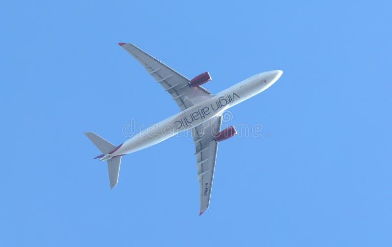 Avião de Virgin Atlantic que aproxima o aeroporto internacional de Heathrow para uma aterrissagem, imagem de stock