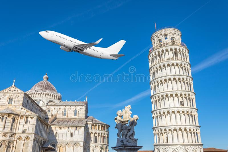Avião de voo sobre a catedral de Pisa e a torre inclinada e escultura em um dia ensolarado conceito do curso imagem de stock