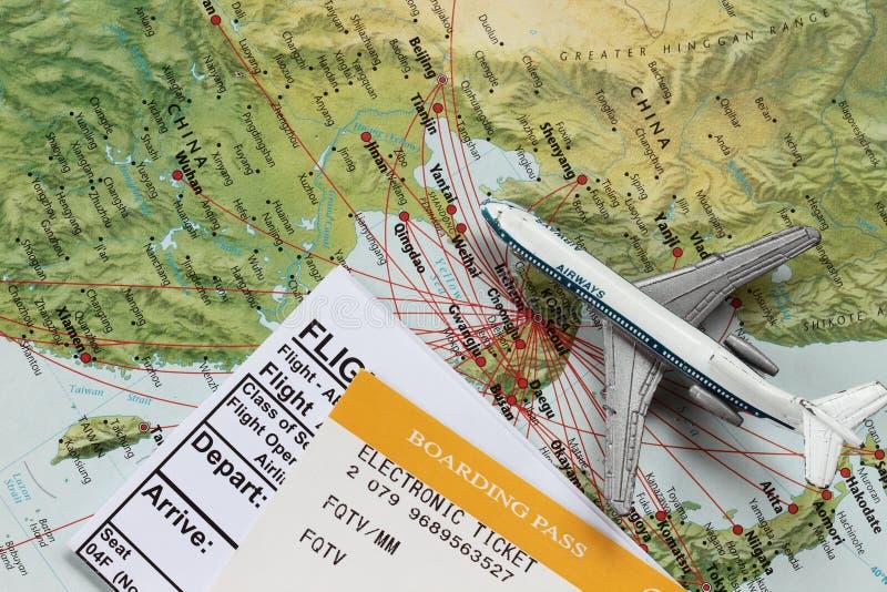 Avião do brinquedo no mapa de China foto de stock royalty free